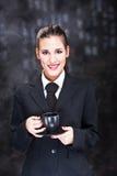 Tazza di caffè della holding della donna Immagini Stock