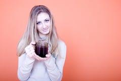 Tazza di caffè della holding della donna immagine stock