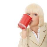 Tazza di caffè della holding della donna di affari Fotografie Stock