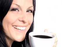 Tazza di caffè della holding della donna sopra bianco fotografie stock libere da diritti