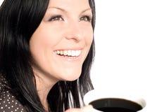Tazza di caffè della holding della donna sopra bianco fotografia stock libera da diritti