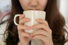 Tazza di caffè della tenuta della ragazza Fotografie Stock Libere da Diritti
