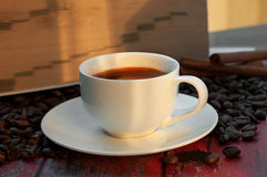 Tazza di caffè dentro sulla tabella di legno Fotografia Stock Libera da Diritti
