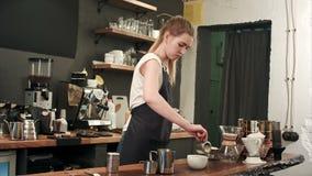 Tazza di caffè di arte del Latte fatta dal barista nella caffetteria archivi video