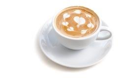 Tazza di caffè di arte del latte molta forma del cuore sull'iso bianco del fondo Immagine Stock