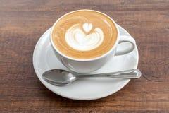 Tazza di caffè di arte del latte su fondo di legno Fotografia Stock Libera da Diritti