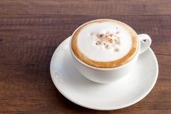 Tazza di caffè di cappuccino su fondo di legno con lo spazio della copia Fotografie Stock
