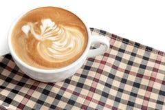 Tazza di caffè di forma del cigno di arte del latte sul tovagliolo con una certa copia Fotografie Stock