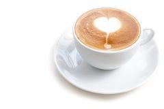 Tazza di caffè di forma del cuore di arte del latte su fondo bianco Fotografia Stock Libera da Diritti