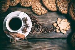 Tazza di caffè di gusto con i grani arrostiti Immagini Stock Libere da Diritti