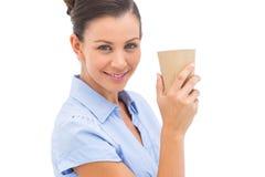 Tazza di caffè di trasporto della donna di affari Fotografie Stock Libere da Diritti