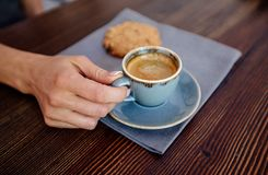 Tazza di caffè e biscotti immagini stock
