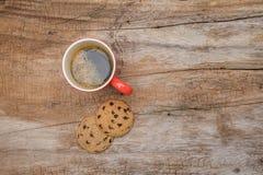Tazza di caffè e biscotti rossi Fotografia Stock