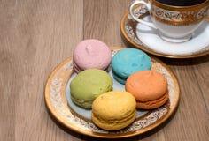 Tazza di caffè e biscotti su un piatto Immagini Stock Libere da Diritti