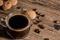 Tazza di caffè e biscotto dei chicchi di caffè Immagine Stock