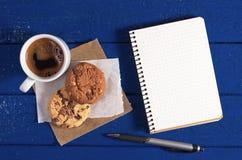 Tazza di caffè e blocchetto per appunti fotografie stock
