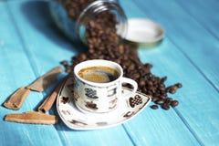 Tazza di caffè e caffè nel boutle Fotografia Stock Libera da Diritti