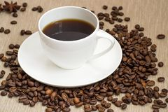 Tazza di caffè e chicchi di caffè Fotografia Stock Libera da Diritti