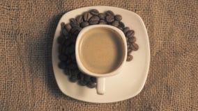 Tazza di caffè e chicchi di caffè archivi video