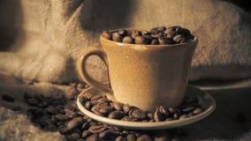 Tazza di caffè e chicchi di caffè stock footage