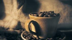 Tazza di caffè e chicchi di caffè video d archivio
