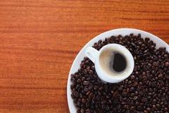 Tazza di caffè e chicchi di caffè arrostiti Immagine Stock