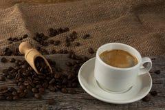 Tazza di caffè e chicchi di caffè Immagine Stock Libera da Diritti