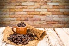 Tazza di caffè e chicchi di caffè su fondo di legno Immagini Stock Libere da Diritti