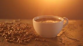 Tazza di caffè e chicchi di caffè sulla tavola di struttura video d archivio