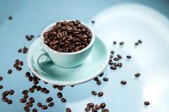 Tazza di caff? e chicchi di caff? sul fondo di colore fotografie stock libere da diritti
