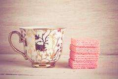 Tazza di caffè e cialde rosa Fotografia Stock