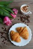 Tazza di caffè e croissant squisiti Fotografie Stock Libere da Diritti