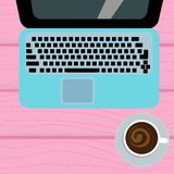 Tazza di caffè e del computer portatile su un fondo di legno Immagine Stock Libera da Diritti