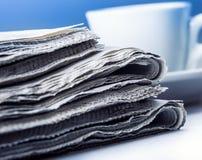 Tazza di caffè e del giornale Priorità bassa per una scheda dell'invito o una congratulazione Immagini Stock Libere da Diritti