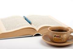 Tazza di caffè e del libro Immagine Stock Libera da Diritti