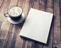 Tazza di caffè e del libro fotografia stock