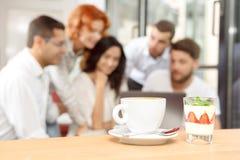 Tazza di caffè e dessert saporito su una tavola Immagine Stock Libera da Diritti