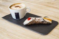 Tazza di caffè e dolce in caffè Immagine Stock Libera da Diritti