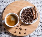 Tazza di caffè e grani sparati dalla cima Fotografie Stock