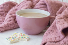 Tazza di caffè e maglione rosa caldo Fotografia Stock