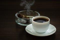 Tazza di caffè e portacenere Fotografie Stock Libere da Diritti