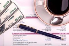 Tazza di caffè e rapporto finanziario Immagine Stock Libera da Diritti