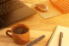 Tazza di caffè e scrivania con il computer portatile Fotografia Stock