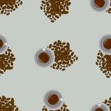 Tazza di caffè e semi del caffè sul modello senza cuciture grigio Fotografia Stock Libera da Diritti