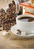Tazza di caffè e smerigliatrice immagine stock
