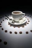 Tazza di caffè e spirale dei granuli Fotografie Stock