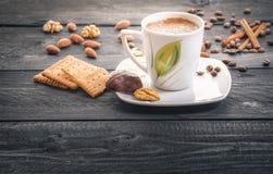Tazza di caffè e spuntini fotografie stock