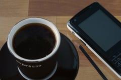 Tazza di caffè e telefono mobile Immagine Stock