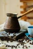 Tazza di caffè e Turco del metallo sul fondo della tela da imballaggio Fotografia Stock
