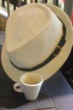 Tazza di caffè e un cappello Fotografia Stock